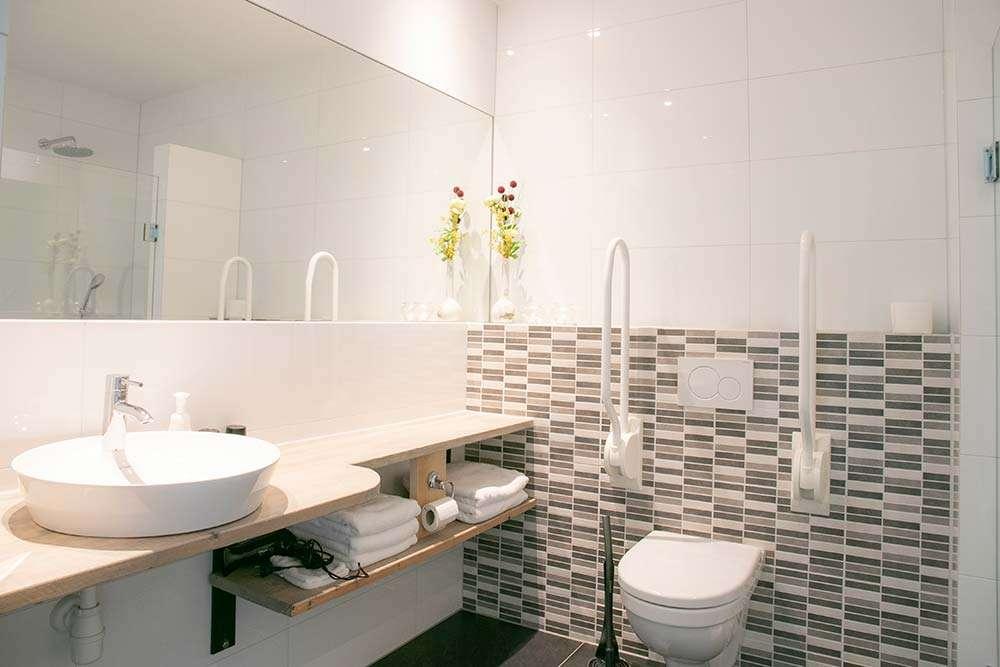 Kamer Vlinder, geschikt voor rolstoelgebruik • badkamer | Bed and Breakfast In ons Straatje, Kruisstraat Rosmalen - Noord-Brabant