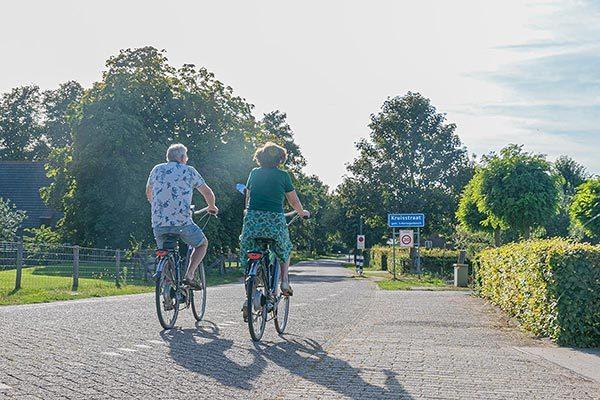Fietsvakantie In ons straatje | fietsend stel