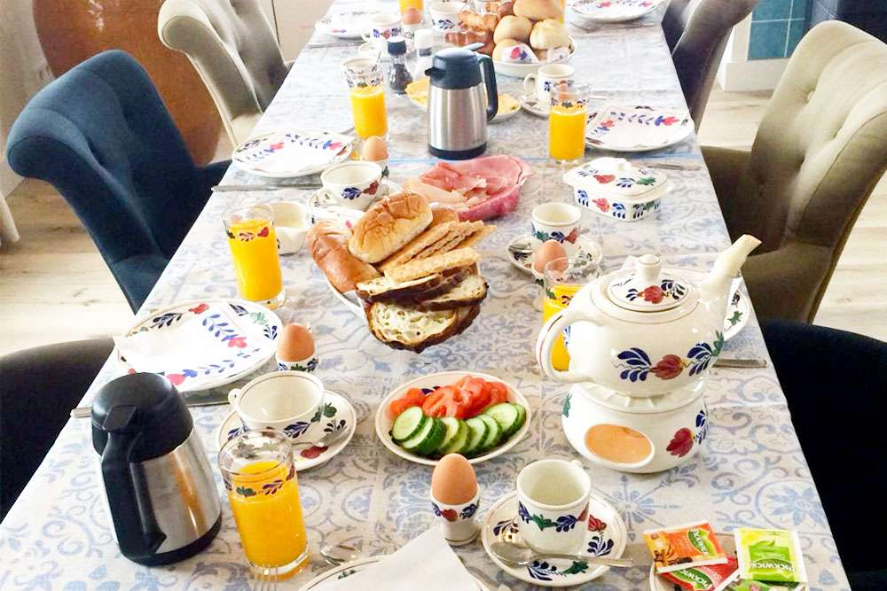 Woon- / ontbijtkamer • gedekte tafel - ontbijt | Bed and Breakfast In ons Straatje, Kruisstraat Rosmalen - Noord-Brabant